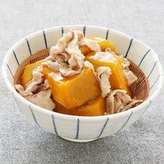 かぼちゃのたたき肉あん 材料】(4人分) 豚もも薄切り肉…200g かぼちゃ…1/2個 [あん] 水…1カップ しょうゆ…大さじ1と1/2 みりん…大さじ2 砂糖…小さじ2 塩…少々 片栗粉…大さじ1 【作り方】 [1] かぼちゃは一口大に切り、  重ならないようにラップに包んで、  電子レンジに約7分かけ、熱いうちに皮を取って、  器に盛り、冷やしておく。  [2] 豚肉はざっと刻んでおく。  [3] 鍋に片栗粉を除くあんの材料を煮立て、  豚肉を入れてほぐしたあと、あくを取りながら煮る。  火が通ったら、水大さじ1と1/2で溶いた片栗粉を加えてとろみをつけ、  [1]のかぼちゃにかける。