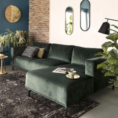 Classy and chic living room style 1 Living Room Green, Chic Living Room, Rugs In Living Room, Living Room Interior, Home And Living, Black Sofa Living Room Decor, Living Room Styles, Living Room Designs, Green Corner Sofas