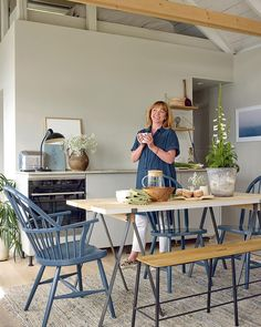Un blanc grisé qui met en valeur les accessoires bleus / Jotun Farrow Ball, Norwegian House, Swedish Cottage, Beautiful Small Homes, Summer Cabins, Wood Plank Flooring, Turbulence Deco, Little Cottages, Cosy Bedroom