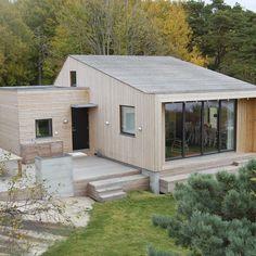 Oslo fjord summer cabin by Siri Zanelli Scandinavian Cabin, Scandinavian Architecture, Wooden Architecture, Architecture Design, Cabins In The Woods, House In The Woods, Summer Cabins, Tiny House Cabin, Cabin Design