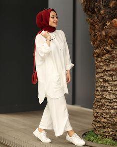 L'image contient peut-être : une personne ou plus - Tesettür Etek Modelleri 2020 - Tesettür Modelleri ve Modası 2019 ve 2020 Modest Outfits, Simple Outfits, Simple Dresses, Casual Hijab Outfit, Casual Outfits, Fashion Outfits, Abaya Fashion, Muslim Fashion, Moda Hijab