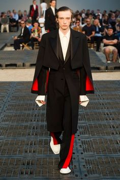 See all the Collection photos from Alexander McQueen Spring/Summer 2019 Menswear now on British Vogue Cheap Mens Fashion, Big Men Fashion, Mens Fashion Suits, New Fashion, Fashion Trends, Fashion Edgy, Fashion Fall, Fashion Boots, Fashion Shirts