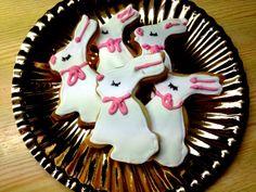 Påskeharer. Det hører jo med, og hva er morsommere å lage enn sugar cookies? De kan jo varieres i...