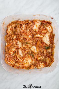 Rozkręciliście się z domową produkcją kimchi? W takim razie po łatwym kimchi, które przygotowuje się z kapusty pekińskiej oraz wymieszanej ostrej i słodkiej papryki nadszedł czas na prawdziwe, koreańskie kimchi, które swój niepowtarzaln[...]