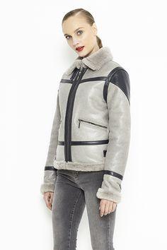 Jacheta pentru femei, din blana naturala de miel merinos. Acest model este un model casual cu detalii moderne, care iti va oferi tinutei tale un stil chic. Este perfect pentru zilele geroase ale iernii. Aceasta jacheta are doua buzunare care se inchid cu fermoar. Interiorul, gulerul, mansetele si bordura sunt realizate din blana tunsa de miel la gorimea de 8 mm iar exteriorul este realizat din piele nappa de miel. Aceasta jacheta se inchide cu un fermoar iar in zona gulerului cu o capsa…