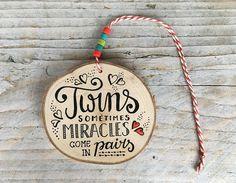 #echtmiek #woodenpendant #woondecoratie #handlettering #hanger #beads #kralen #Kado #cadeau #twins #tweeling #kraamkado #geboorte #baby #wonder