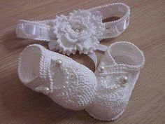 This Pin was discovered by hlmSuch cute crocheted baby shoes and headband ♥ Booties Crochet, Crochet Baby Sandals, Knit Baby Booties, Baby Girl Crochet, Crochet Baby Clothes, Crochet Shoes, Crochet Slippers, Crochet For Kids, Free Crochet