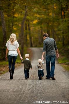 Love this photo, pic from behind while walking and holding hands. dark jeans + different shirts (what to wear for family photoshoot Cute Family Photos, Fall Family Pictures, Family Picture Poses, Family Picture Outfits, Family Photo Sessions, Family Photo Shoot Ideas, Country Family Photos, Family Photos What To Wear, Photo Ideas