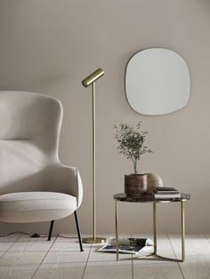 Striking contemporary brass floor lamp and cherry marble coffee table in a minimalist living room. A first look at the H&M Home Autumn / Winter 2019 collection, with a strong Japanordic feel, combining Nordic and Japanese aesthetics. Nordic Interior, Interior Design, Photo Deco, Hm Home, Brass Floor Lamp, Home And Deco, Minimalist Living, Living Room Decor, Living Room Tables