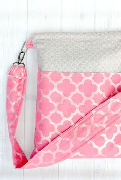 Use this cute zipper tote bag tutorial to make a bag that is great for day to day use.