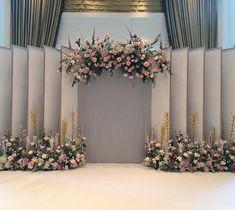 Wedding Backdrop Design, Wedding Stage Design, Wedding Hall Decorations, Wedding Reception Backdrop, Backdrop Decorations, Flower Wall Wedding, Floral Wedding, Wedding Flowers, Photowall Ideas