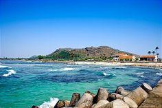 Đảo Lý Sơn được biết đến với những bãi biển cát trắng mịn, làn nước xanh màu ngọc bích cùng những rạn đá ngầm hợp cho những ai thích lặn biển.