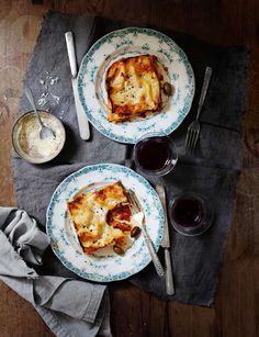 Den här lasagnen med lammfärs och getost blir rent magiskt god till helgmiddagen