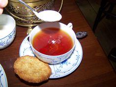 Teezeremonie im Café Kluntje auf Baltrum. Hier gibt es auch richtig leckere selbstgebackene Kuchen.