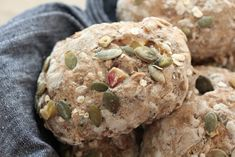 Muslibrød muslirundstykker Muffin, Cookies, Breakfast, Desserts, Recipes, Yum Yum, Breads, Basil, Crack Crackers