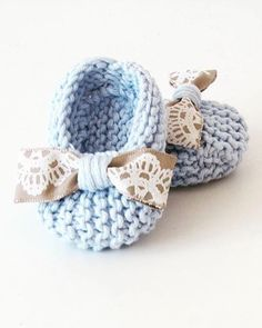 We found a very cute shoe model for your baby. Baby Knitting Patterns, Knitting For Kids, Crochet Patterns, Knit Baby Booties, Crochet Baby Shoes, Newborn Crochet, Booties Crochet, Diy Crafts Knitting, Baby Mittens