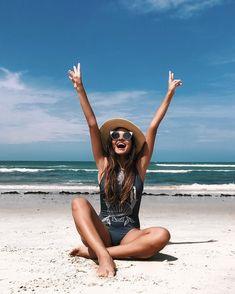 Resultado de imagem para fotos para tirar sozinha na praia : Resultado de imagem para fotos para tirar sozinha na praia Instagram Beach, Story Instagram, Instagram Pose, Beach Photography Poses, Summer Photography, Poses Photo, Picture Poses, Summer Pictures, Beach Pictures