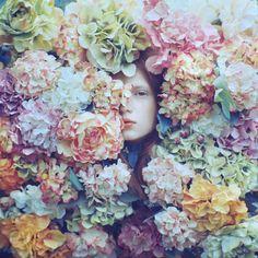 パステルカラーの花のキャンバス。こちらを見つめかえす視線にドキッとします。- I've already pinned this photograph serie, but here they have more of it (: