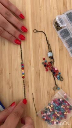 Découvrez comment faire un bracelet d'été ! Pearl Jewelry, Beaded Jewelry, Jewellery, Diy Jewelry Holder, Women Empowerment, Diy Fashion, Jewelry Ideas, Diy Furniture, Tassel Necklace