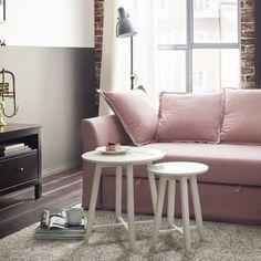 Des tables gigognes aux allures de tabouret, IKEA ;De loin on pourrait les prendre pour des tabourets pourtant il s'agit bien d'un charmant duo de tables gigognes. Avec leur petit plateau, elles se placent facilement devant un canapé ou en bout de canapé. Un design simple mais efficace pour un salon dans l'air du temps.