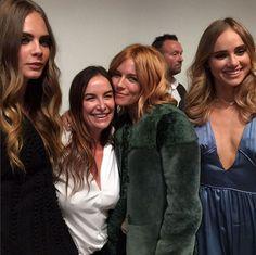 Sienna Miller, Suki Waterhouse et Cara Delevingne avec Wendy Rowe en backstage Burberry