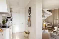 Cocina blanca separada de salón por tabique, con pared panelada 00466716 O Pastel Interior, Interior House Colors, Home Interior Design, Cheap Wall Decor, Cheap Home Decor, Nook Architects, Kitchen Under Stairs, Industrial House, Luxury Decor
