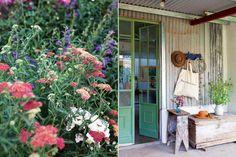 Bolsa de lienzo crudo (De Arrieta) colgando del práctico perchero exterior Latina, Ideas Para, Ladder Decor, Shed, New Homes, Farmhouse, Windows, Garden, Plants