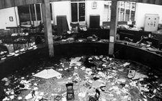 Milano,Piazza Fontana L'interno della banca dopo l'esplosione Il 12 Dicembre 1969, alle ore 16:37, una bomba esplode nella Banca Nazionale dell'Agricoltura