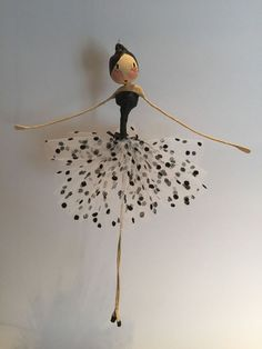 - the fairy ball virginie REBOUL - Margaret Leplat Bouchet Les fées. - Her Crochet Step 1 - How to Make Dancing Ballerinas from Wire and Napkins Craft paper mache ideas ideas tips on making with χειροποιητα κεραμικα modern sculptures Paper Mache Crafts, Wire Crafts, Doll Crafts, Wire Art Sculpture, Paper Mache Sculpture, Paper Clay, Paper Art, Fairy Dolls, Diy Art