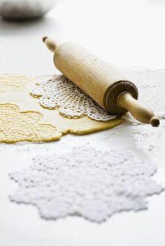 """Potete creare dei biscotti """"stampati"""" usando un vecchio centrino da tavolo! Basta mettere sulla pastafrolla un centrino e passarci sopra con il mattarello"""