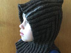Pixiehue, strikket med slids ved halsen. D kan downloade min opskrift på www.uldmenageriet.dk