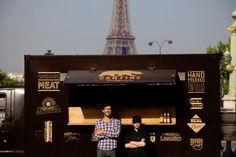 Le food truck est la nouvelle tendance de restauration rapide mobile et de qualité. Ce concept importé des États-Unis propose le contraire de la malbouffe : les produits sont frais, faits maison et souvent bio. Petit tour de France.