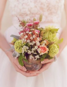 desert centerpiece of roses + queen anne's lace