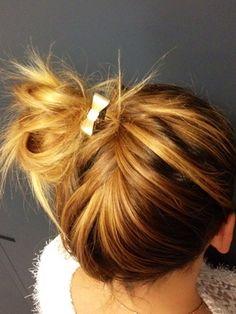 En mode atelier coiffure à la rédac' ! On s'inspire de nos idées pour une #coiffure stylisée au bureau ! #inspiration