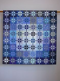 Cette courtepointe est un exercice en jouant avec la valeur. Il dispose uniquement des tissus bleus et paires de deux tissus bleus dans chaque bloc.