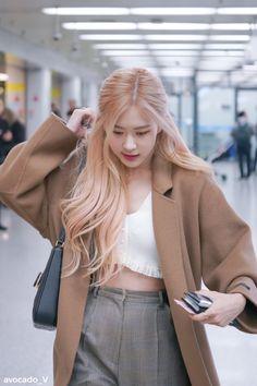 Blackpink Fashion, Korean Fashion, Fashion Outfits, Foto Rose, Rose Queen, Peach Hair, Rose Icon, Black Pink Kpop, Jennie Blackpink