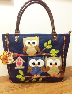 Pra quem ama as corujinhas! Bolsa confeccionada em Jeans e tricoline, forrada c. For those who love owls ! Bag made of jeans and tricoline, lined with Resin plaid and cotton fabric, inner pockets, Patchwork Bags, Quilted Bag, Bag Quilt, Sacs Tote Bags, Sewing Jeans, Owl Bags, Denim Purse, Owl Crafts, Fabric Bags