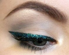 Emerald Green Liner - 25 Dazzling New Year's Eve Makeup Ideas - Photos #makeupideaslips