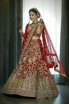 Find images and videos about bride, jewellery and mehndi on we heart it - the app to get lost in what you love. Indian Wedding Gowns, Indian Bridal Outfits, Indian Bridal Lehenga, Indian Bridal Fashion, Indian Bridal Wear, Indian Dresses, Bridal Dresses, Indian Weddings, Wedding Lehanga