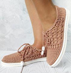Knitting and Crochet Crochet Sandals, Crochet Boots, Crochet Slippers, Crochet Clothes, Knit Crochet, Crochet Crafts, Crochet Doilies, Crochet Stitches, Make Your Own Shoes