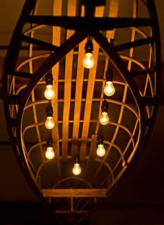 каркас деревянного каноэ в качестве светильника