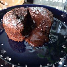 クックパッド人気レシピ1位(。・ω・。)簡単!魅惑のフォンダンショコラ+by+ももたくママさん+|+レシピブログ+-+料理ブログのレシピ満載! 中からとろ〜りダークチョコが流れ出る『&Yおうちcafé』自慢の濃厚フォンダンショコラです。 Easy Sweets, Sweets Recipes, Cake Recipes, Cooking Recipes, Chocolate Sweets, Delicious Chocolate, Chocolate Recipes, Milkshake, Valentines Sweets