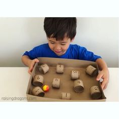 Rekenen: iemand zegt deeltafel en kids rollen balletje zo snel mogelijk door antw This fun game is just as fun to play as it is to build! #kindergarten #preschool #homeschool #stemactivities