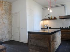Als u op zoek bent naar keuken inspiratie is het aan te raden om eens te kijken naar een oud houten keuken. Doorleefd eikenhout geeft een uniek karakter.