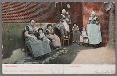 1900-1905 Vrouw, zwarte ondermuts, hele rode doek, korte lichte kraplap, licht schort. Meisje, pluummuts. Meisje, pluummuts, hele rode doek, lichte kraplap, licht schort. Jongen, hoed, boezeroen, broek. Vrouw, kanten muts, hele rode doek, lichte kraplap, licht schort. Kindje, klapmuts, jurkje, heel schort. Meisje, pluummuts, kraplap, lieffiessjullek. Jongen, jurkje, heel schort, hoedje. Vrouw, kanten muts, kleine kraplap, hele rode doek, lange mouwen, licht schort. #Utrecht #Spakenburg