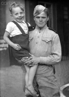 End of the war in Berlin 1945 - A Soviet soldier holds a German boy and thus, symbolizes the image of the 'Liberator of the city' in Berlin, 1945. Photo: Berliner Verlag / Archive - NO WIRE SERVICE