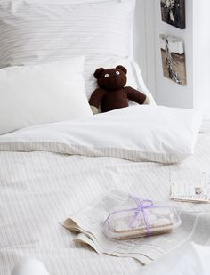 Schöne Streifen Bettwäsche für höchste Ansprüche. Die edle Bettwäsche ist aus mercerisierter und gekämmter Baumwolle, mit Knöpfen zum schließen, in zwei Größen lieferbar und mit einem kleinen Nachtfalter bestickt, dem typischen Logo von LaNui. Weitere schöne Produkte von LANUI zum Thema Textilien finden Sie hier. Stöbern Sie in unserer Kategorie LANUI und lassen Sie sich inspirieren.