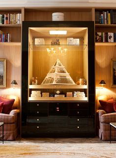 love this humidor! Matt would like the pyramid touch Pipes And Cigars, Cigars And Whiskey, Cuban Cigars, Cigar Humidor, Cigar Bar, Cigar Shops, Cigar Accessories, Cigar Room, Lounge