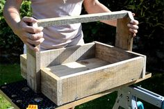 How to make rustic wooden trugs out of pallet wood. Use in the home or for country-chic outdoor planters! #pallets