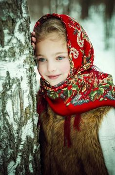 A Russian girl in traditional shawl Kids Around The World, Beauty Around The World, People Of The World, Cute Toddlers, Cute Kids, Cute Babies, Russian Beauty, Russian Fashion, Beautiful Eyes